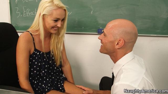 Развратная блондинка сосёт учителю стоячий хуй и ебётся в классе