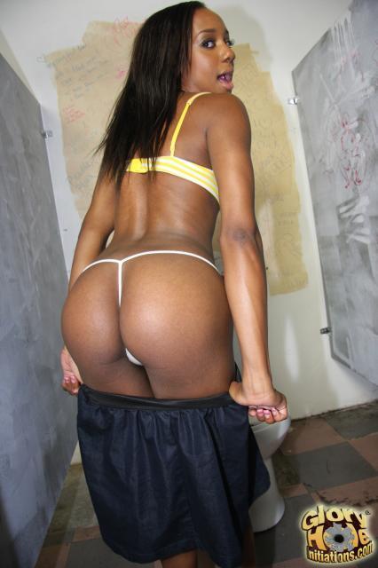 В туалете темнокожая телка делает минет в глорихол