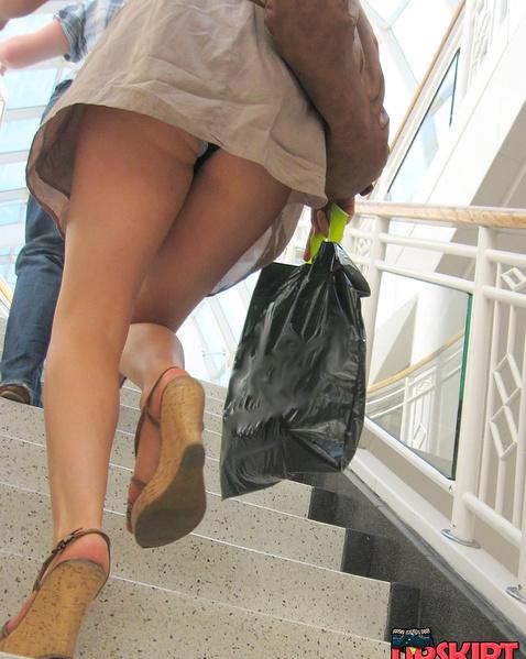 Гламурная девушка под юбкой носит прозрачные трусики