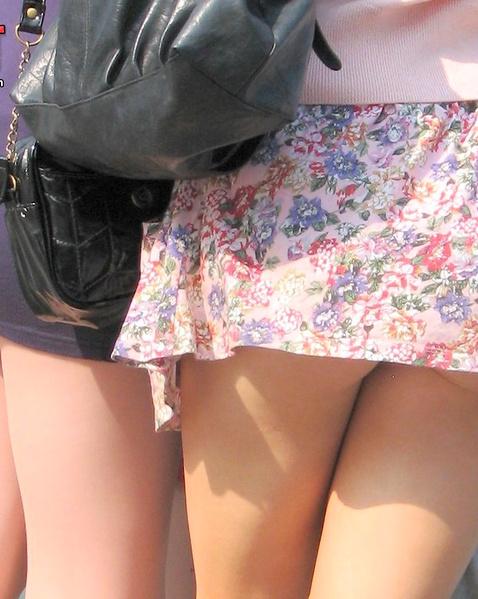 Аппетитная голая жопа блондинки с натуральными сиськами под юбкой