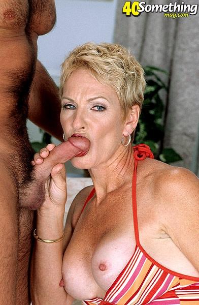Худощавая баба с гладкой пиздой занимается вагинальным сексом