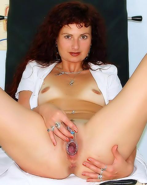 Зрелая тетка в БДСМ стиле мастурбирует толстым членом