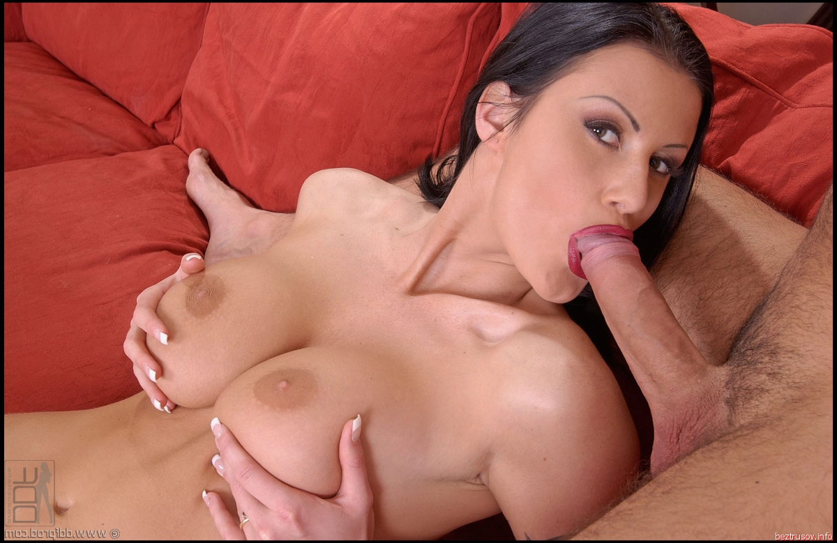 Зрелая сука обрабатывает член дойками порно фото бесплатно