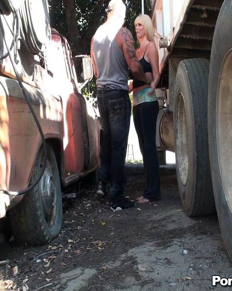 Трах грудастой блондинки по-собачьи в общественном месте