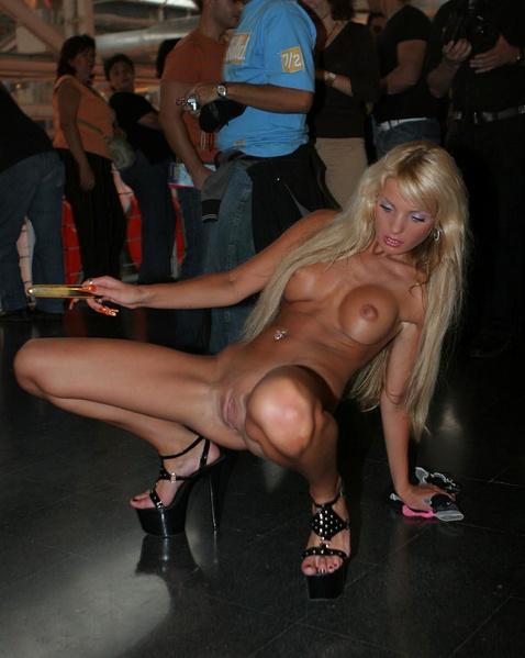 порно ебут в общественных местах фото
