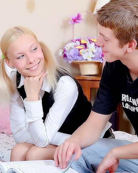 Худая блондинка в школе отсасывает хуй и ебется
