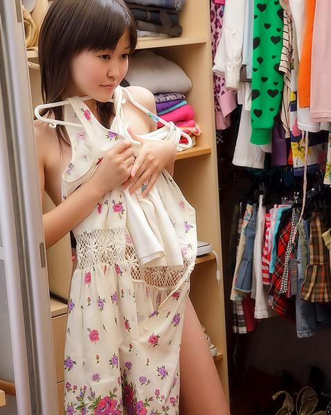 Молодая японка без трусов мастурбирует секс игрушкой во влагалище