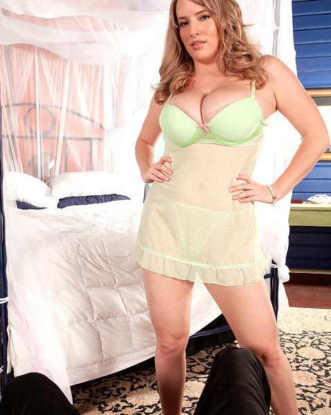 Зрелая жена с большими буферами страстно сосет эрегированный член