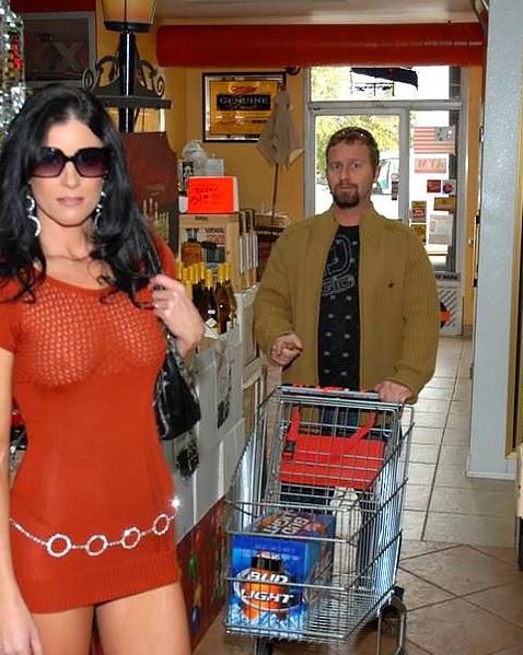 Стройную жену с красивыми сиськами у авто ебет в презервативе