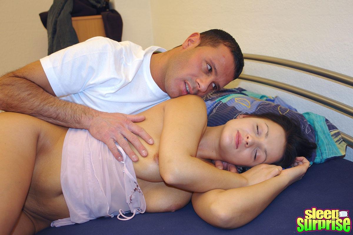 мужчина трахает девушку с презервативом фото