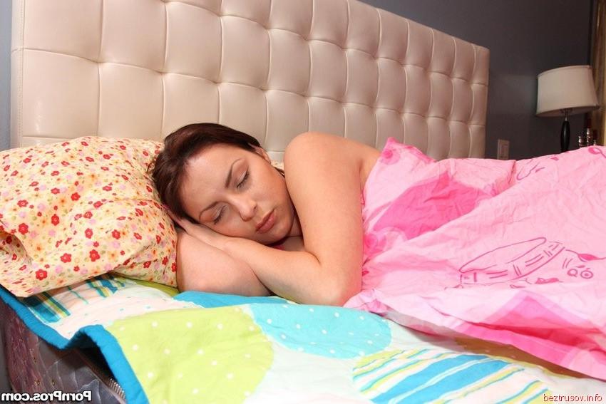 Ебет шатенку на кровати
