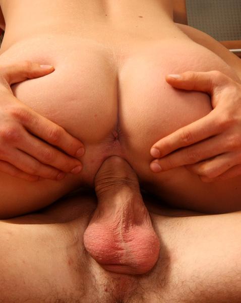 Трах по-собачьи сексуальной шлюхи с красивой попой закончился эякуляцией