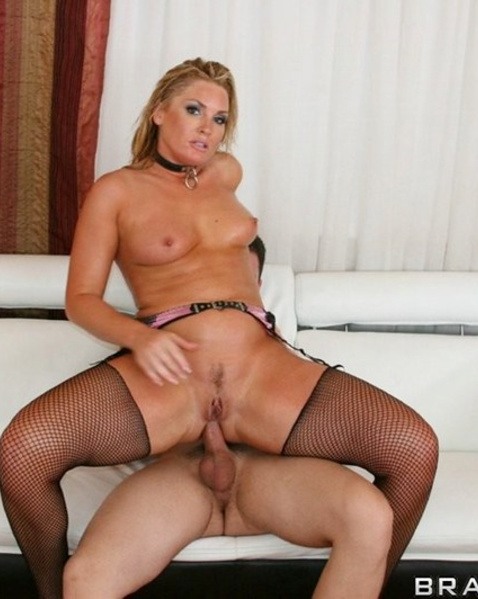 Блондинка с гладкой попкой кончает от анилингуса и анального секса