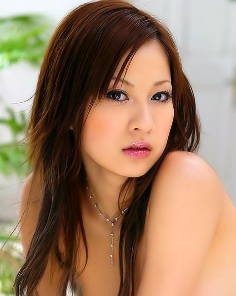 Китаянка с мягкими дойками крупно показывает волосатую пизду