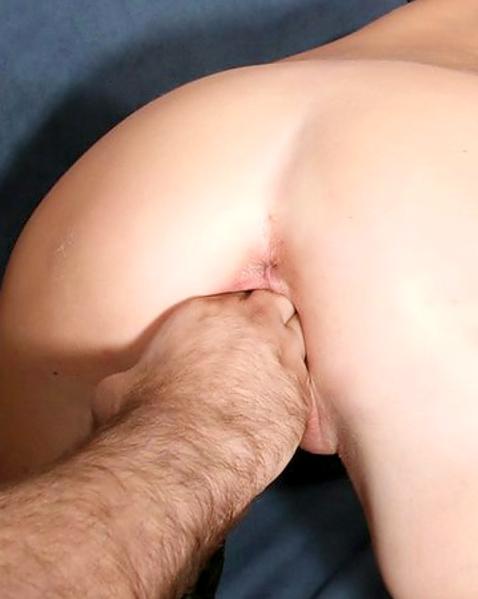 Рыжая телочка с косичками мастурбирует, сосет член и трахается