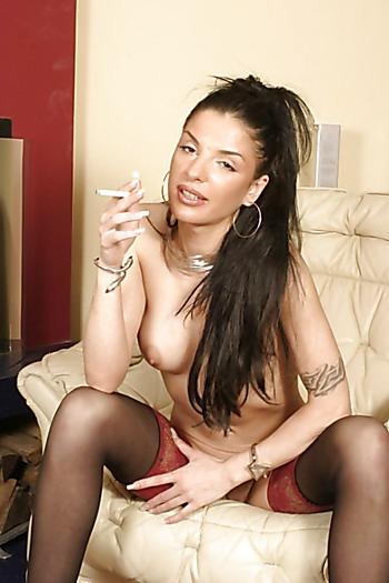 Сексапильная курильщица в чулках сексуально снимает лифчик
