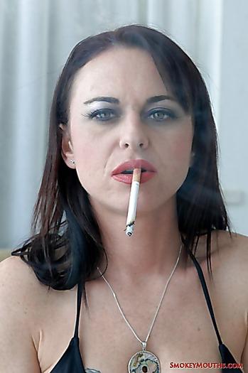 Богатая курильщица с упругими титьками страстно стонет и онанирует