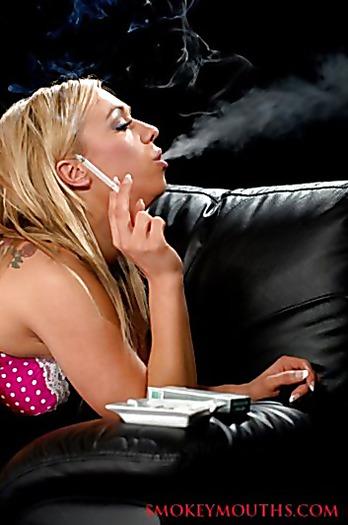 Гламурная курильщица в чулках любит ролевые игры и маленькие хуи
