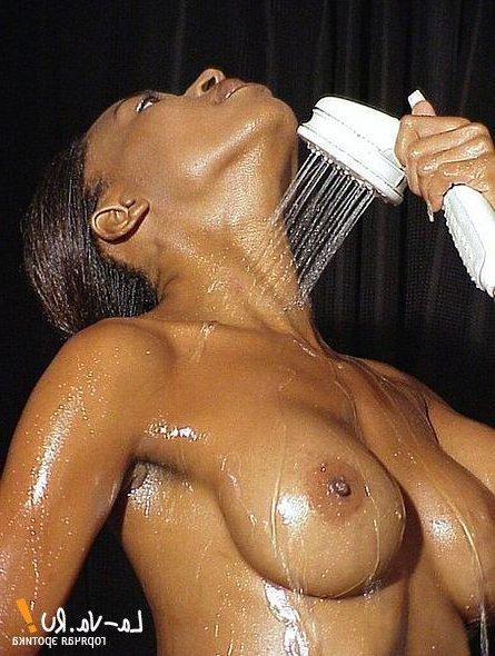 Мокрые девушки в душе и на природе эротично позируют