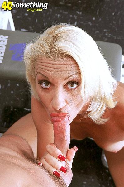 Опытная тетя берет в рот длинный хуй начиная оральный секс