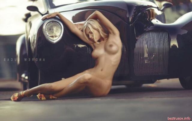 Развратные девушки у авто без одежды эротично позируют