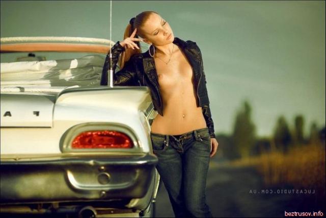 Мокрые суки с идеальным телом сексуально позируют у авто