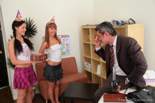 Молоденькие девчонки в групповом пореве втроём трахаются и сосут