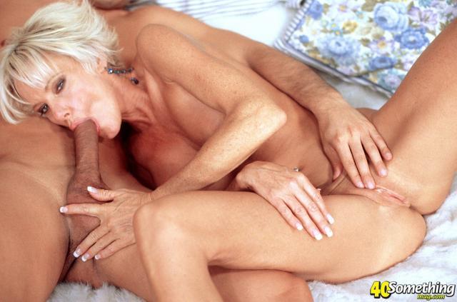 Богатае баба с силиконовыми титьками занимактся сексом