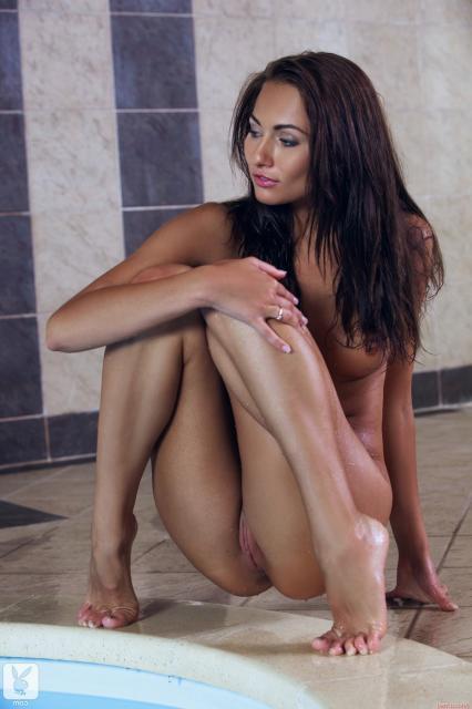 Молодая студентка у бассейна в бикини с бритой пиздой