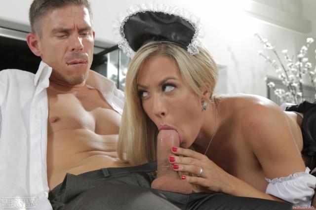 Сексуальная девушка занимается жестким сексом на порно фото