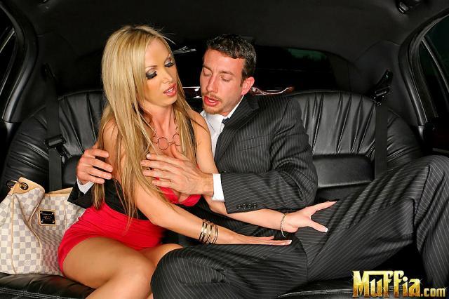 Богатая проститутка в авто с большими сиськами ебется влажной писей