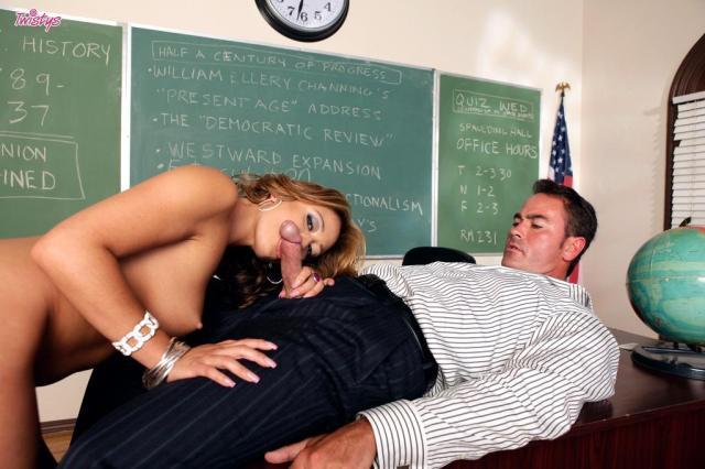 Кудрявая телочка с упругими титьками любит быстрый секс и минет