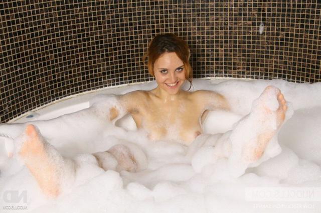 В ванной рыжая девица в пене ласкает набухший клитор