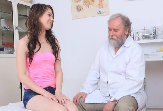 Инцест: сексуальная девочка  кончает от ебли в гладкую киску с дедушкой