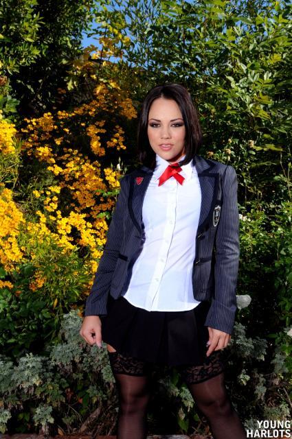 Гламурная брюнетка в эротической униформе показывает анус и пизду
