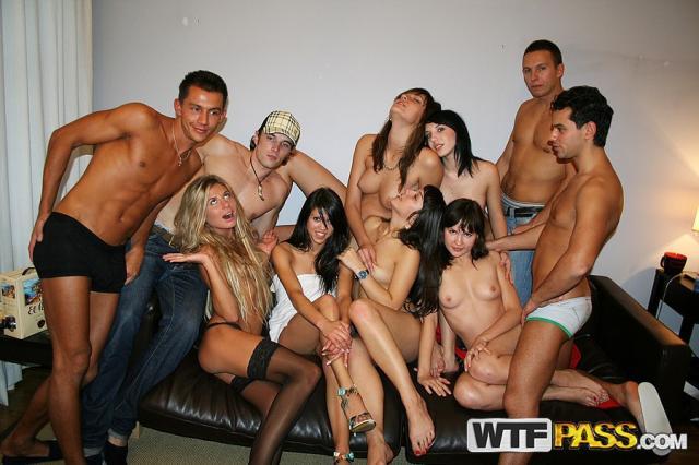 Голые проститутки на секс вечеринке кончают от анального траха