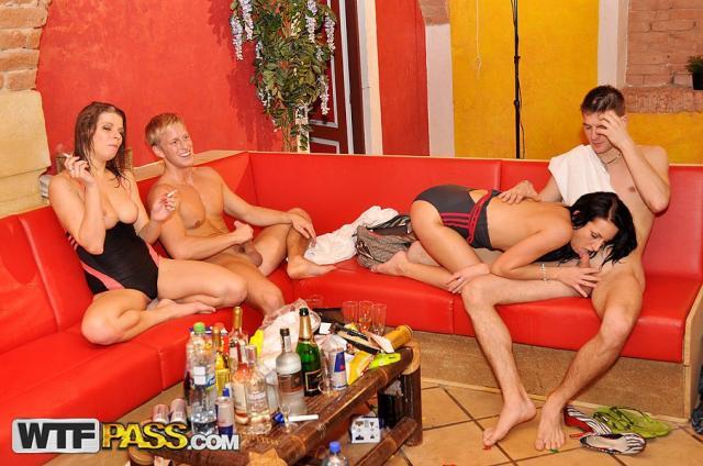Мокрые студентки после ролевых игр трахаются на секс вечеринке