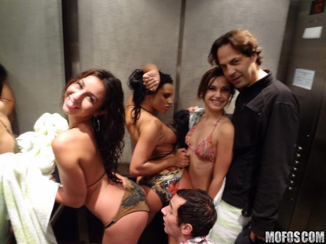 Развратные проститутки в групповушке трахаются в пизду