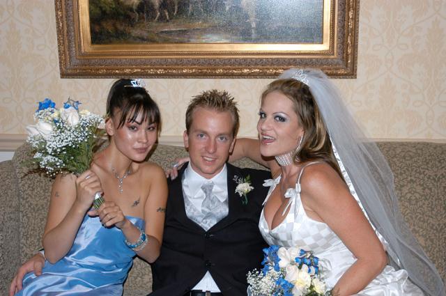 Разврат и секс на свадьбе голых невест в чулках