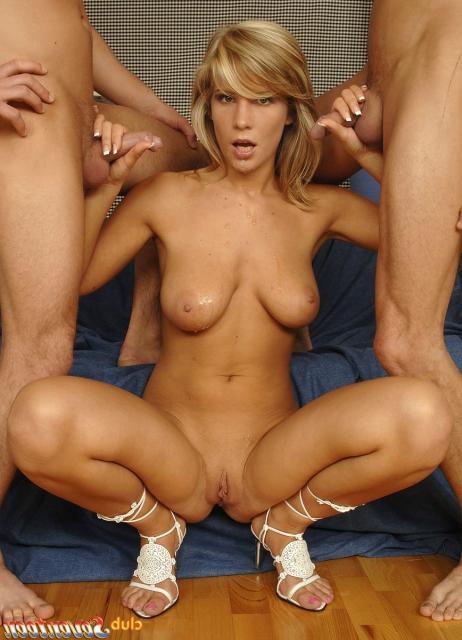 Грудастая жена с двумя членами во рту сосет и облизывает