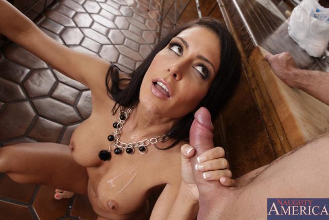 Сисястая дама трахается мокрой пиздой на толстом пенисе