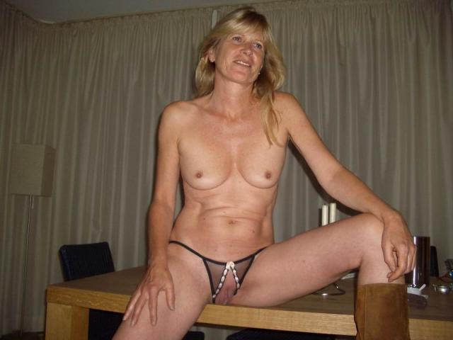Сексуальные домохозяйки с висячими сиськами показывают лобки