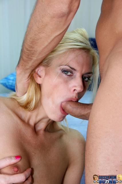 Худую женщину с красивой грудью трахает в узкое очко