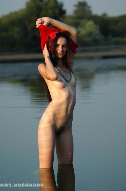 Худая девочка с волосатой киской и круглыми сиськами в воде