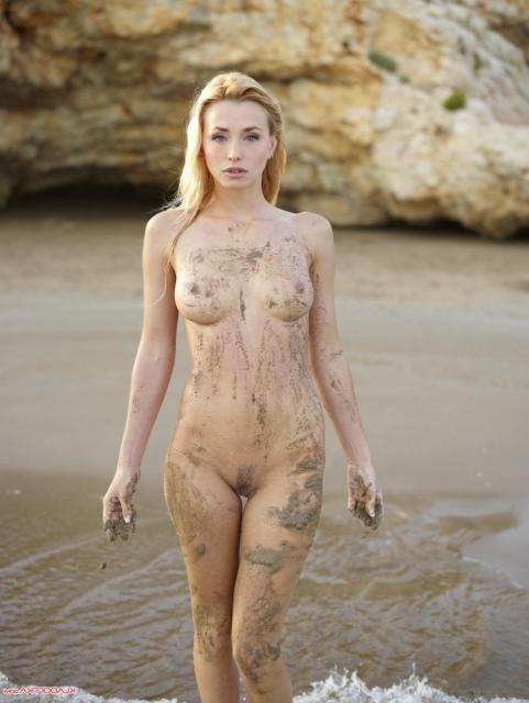 Стройная блондинка с красивыми сиськами показывает киску в воде