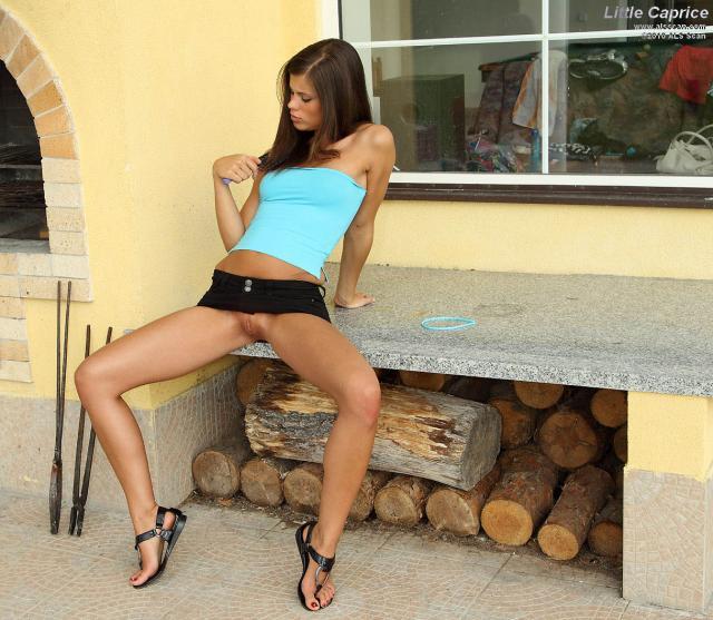 Гламурная девушка соло, показывает мокрую пилотку и стройные ноги
