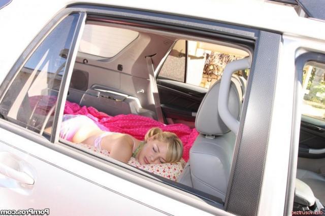 Ебля длинным членом спящей блондинки с красивыми титьками