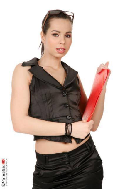 Красивая секретарша снимает стринги и показывает влажную писю
