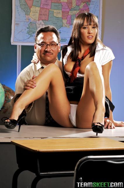 Вагинальный трах в классе с обнаженной ученицей с татуировками
