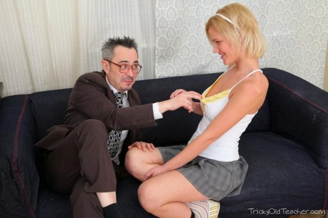 Взрослый учитель трахает в вагину сексуальную малолетку с пирсингом
